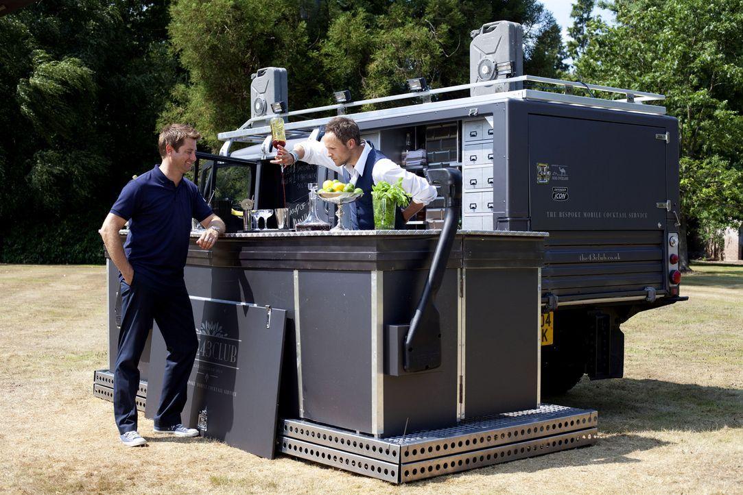 Der britische Architekt und Wohnexperte George Clarke (l.) wird in dieser Folge u.a. Zeuge, wie ein ausrangierter Land Rover in eine mobile Cocktail... - Bildquelle: Vicki Couchman/UNP 01274 412222