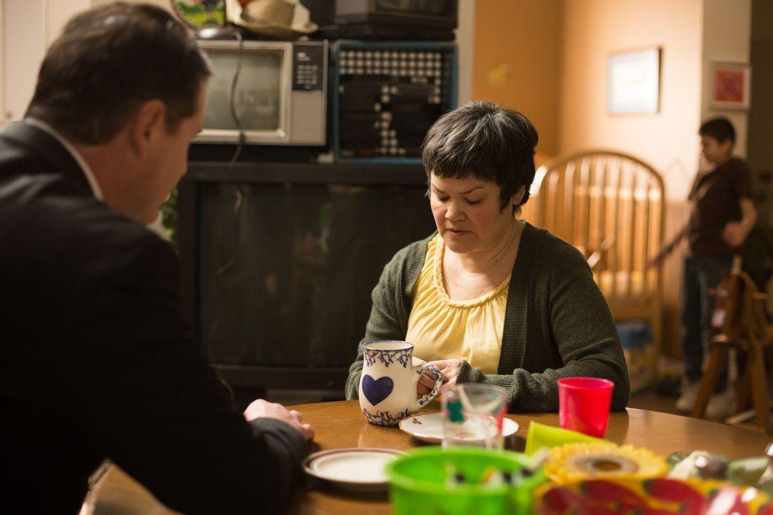 Steve Rambam (l.) befragt Carlo Hernandez' Witwe (r.) in ihrem Haus. Der Vater von sieben Kindern und Automechaniker wurde tot in Mexiko gefunden. E... - Bildquelle: Darren Goldstein Cineflix 2014