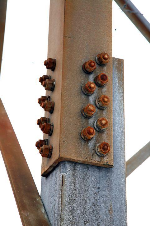 Rostende Brücken, leckende Ölpipelines, verfallende Häuser: In aller Welt kämpfen Ingenieure mit modernster Technologie gegen Verfall und Zersetzung... - Bildquelle: Courtesy Actuality Productions
