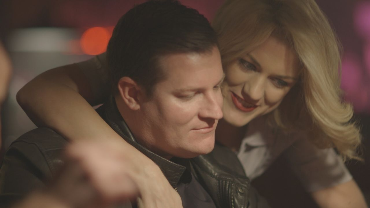Das Glück scheint perfekt: Vor seinem Tod feiert Howard Witkin (l.) ausgelassen mit Freundin Candace Arias (r.) in einem privaten Nachtclub. - Bildquelle: LMNO Cable Group