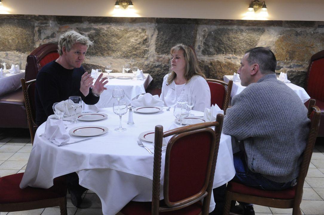 Muss Gordon Ramsay (l.) den Besitzern die schlechte Nachricht überbringen, dass er ihrem Restaurant nicht helfen kann? - Bildquelle: Jeffrey Neira Fox Broadcasting.  All rights reserved.