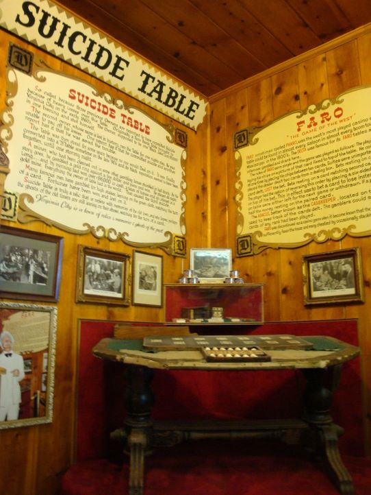 Was hat es mit diesem Tisch auf sich? Don Wildman setzt sich mit der Geschichte eines antiken Spieltisches auseinander, der einer Legende zufolge ve... - Bildquelle: The Travel Channel, L.L.C. All Rights reserved.