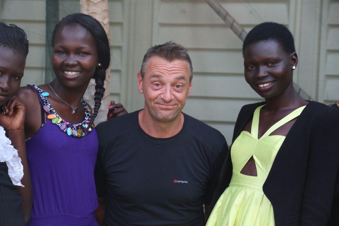 Reporter Tom Waes (2.v.r.) macht sich auf den Weg in den Südsudan - einen Ort, um den der Pauschaltourist einen Riesenbogen macht. Dort erlebt er un... - Bildquelle: 2013 deMENSEN