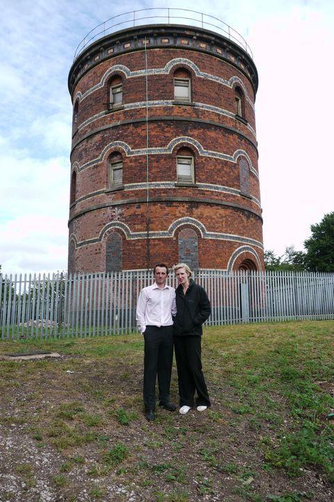 Andy Critchlow (l.) hat ohne das Wissen seiner Freundin Ana Perkins (r.) einen denkmalgeschützten Wasserturm bei einer Auktion ersteigert. Er ist fe... - Bildquelle: Tiger Aspect Productions Ltd MMXIV