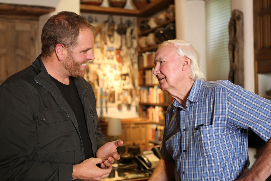 Josh Gates (l.) trifft sich mit dem Kunsthändler Forrest Fenn (r.). Der hat irgendwo in den Rocky Mountains einen Schatz im Wert von 2 Millionen Dol... - Bildquelle: 2015,The Travel Channel, L.L.C. All Rights Reserved