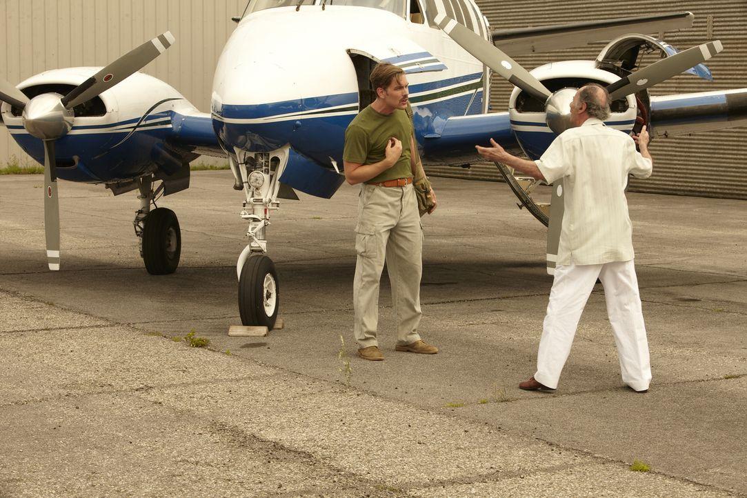 Pilot Mike MacIvor (Cody Thompson, l.) und seine schwangere Ehefrau Missy werden in ihrem Haus in Key Largo, Florida grausam gefoltert und getötet.... - Bildquelle: Ian Watson Cineflix 2013