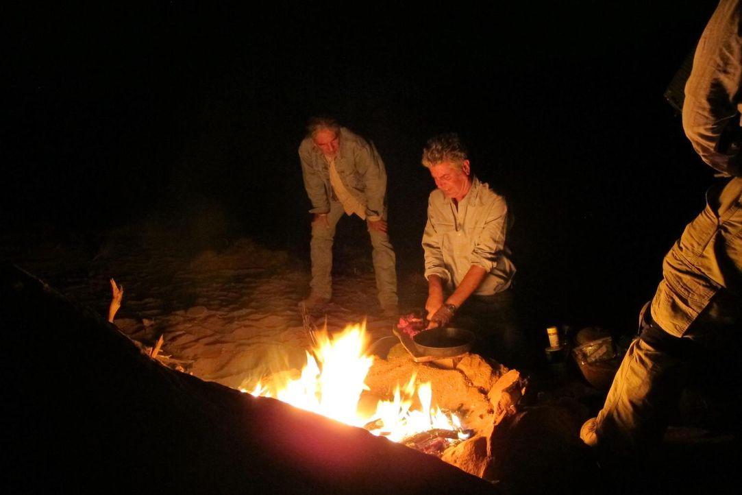 Koch Anthony Bourdain (r.) begibt sich nach New Mexico. Dort brachte der kulturelle Mix der Einwohner eine spannende Küche hervor, die spanische, me... - Bildquelle: 2013 Cable News Network, Inc. A TimeWarner Company. All rights reserved.