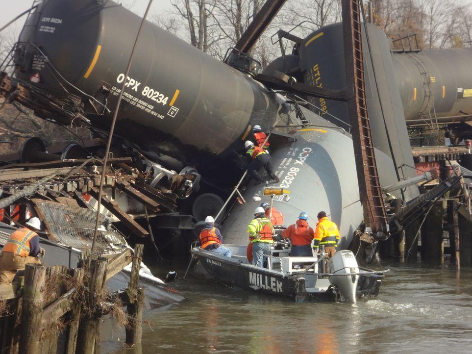 Katastrophe in der Kleinstadt: Ein Zug mit Gefahrengut entgleist in einem kleinen Ort in New Jersey und giftige Dämpfe treten aus. Schaffen es die B... - Bildquelle: 2015 A&E TELEVISION NETWORKS, LLC. ALL RIGHTS RESERVED.
