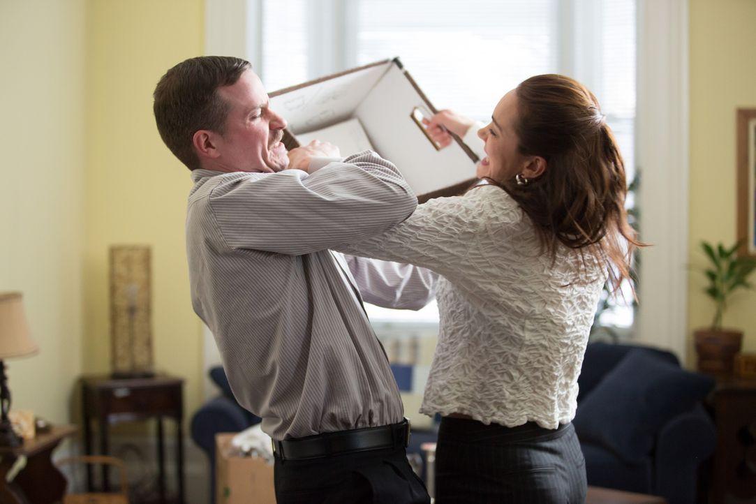 Lisa Robinson (r.) zettelt eine Handgreiflichkeit mit ihrem Ehemann Andrew (l.) an. Er perfider Plan: Sie will ihn so hinter Gitter bringen und an s... - Bildquelle: Darren Goldstein Cineflix 2014