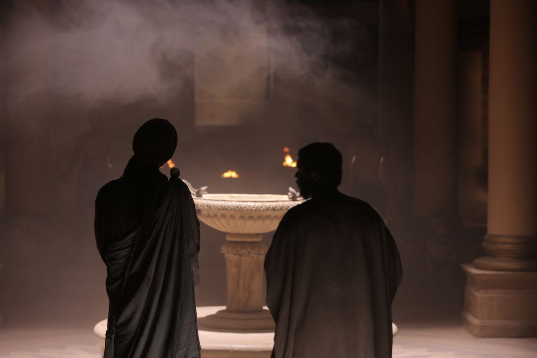 Apostel Simon und Judas warten in einem heidnischen Tempel in Armenien. - Bildquelle: Arcadia Entertainment Inc.Production. 2015
