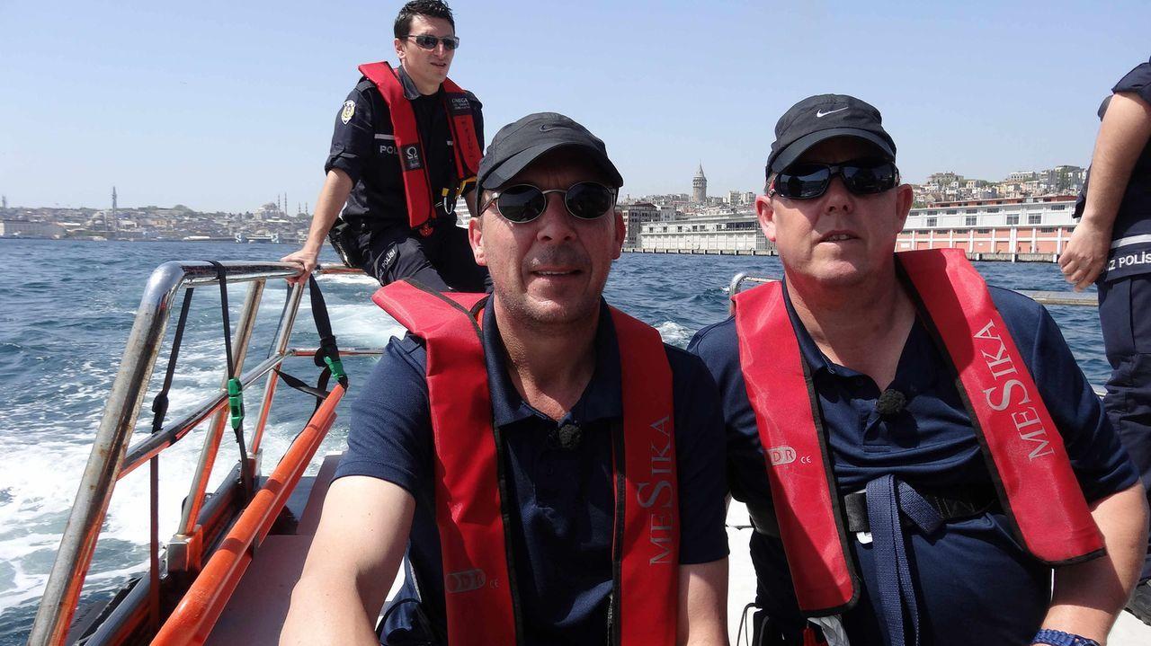 Am Bosporus gehen die beiden Kultcops Toto (r.) und Harry (l.) auf Streife ... - Bildquelle: kabel eins