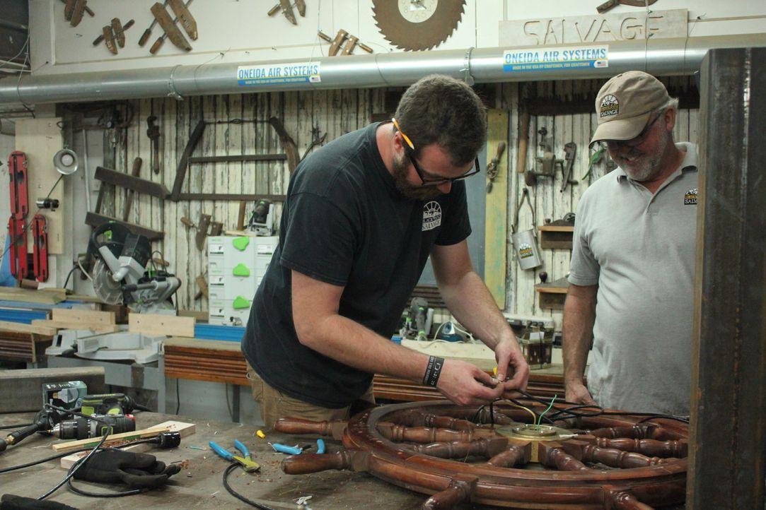 Die Wiederverwertungsprofis Mike und Robert bauen heute aus dem Mast und den... - Bildquelle: 2017,DIY Network/Scripps Networks, LLC. All Rights Reserved