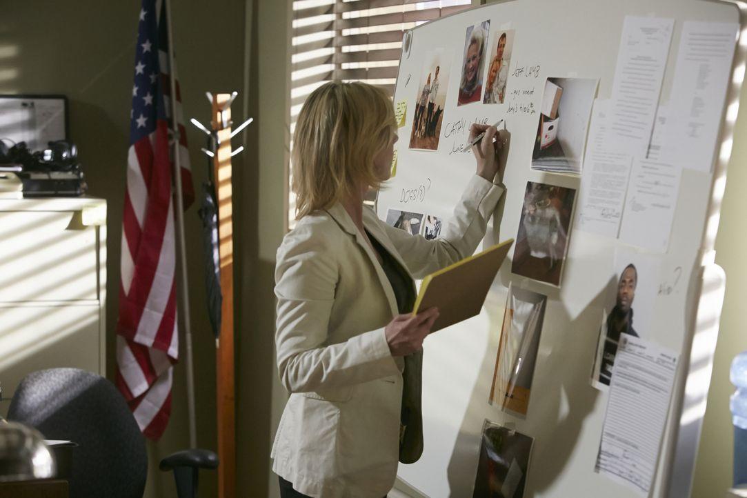 Schnell wird Detective Kim Bradley (Cheryl Poirier) und ihren Kollegen klar, dass der Tod von Cathy Lamb nicht auf Grund eines Raubüberfalls zustand... - Bildquelle: Ian Watson Cineflix 2014 / Ian Watson