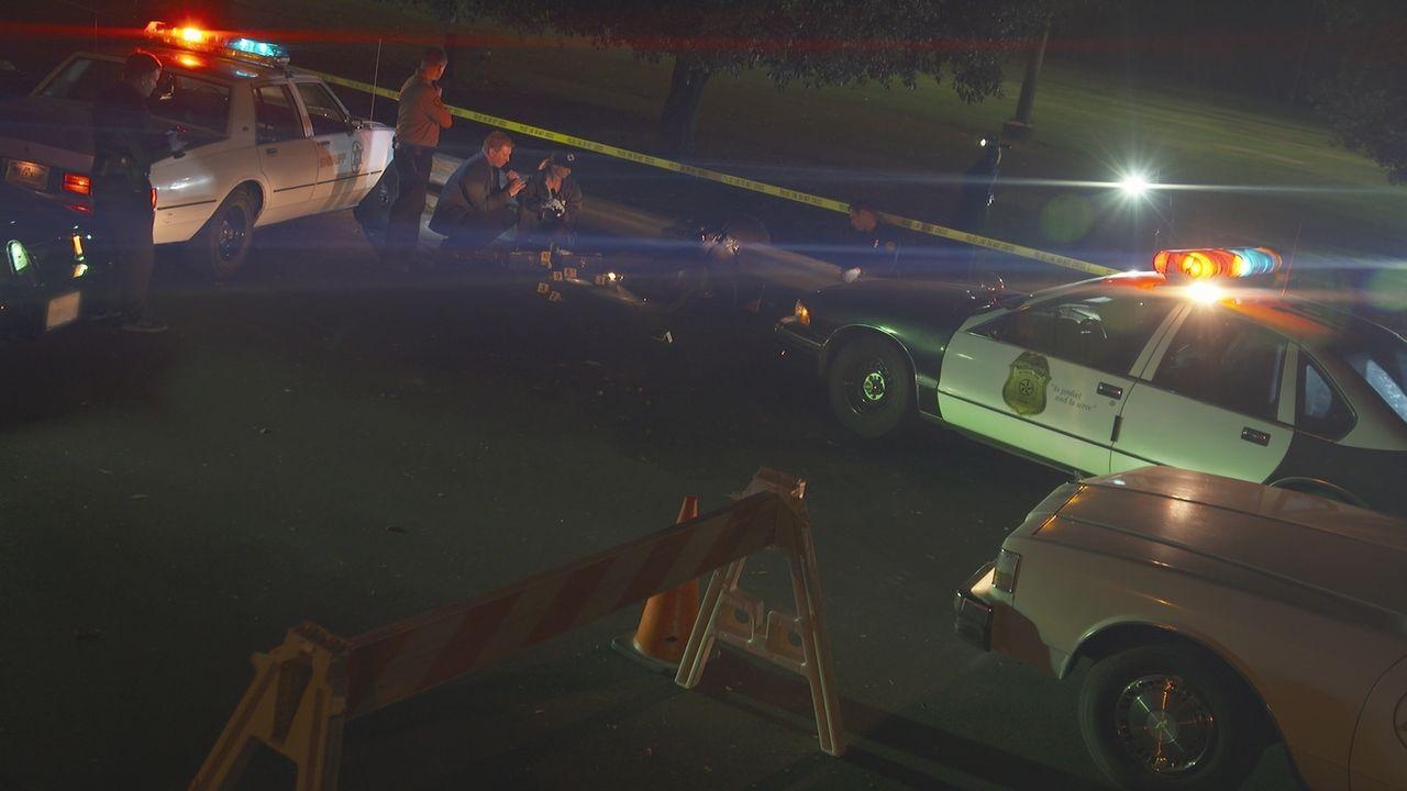 Im Jahr 1996 bekommt Streifenpolizist Sergeant Gregory Martin einen Funkspruch, dass er einen Verdächtigen in einem roten Pickup-Truck kontrollieren... - Bildquelle: LMNO Cable Group