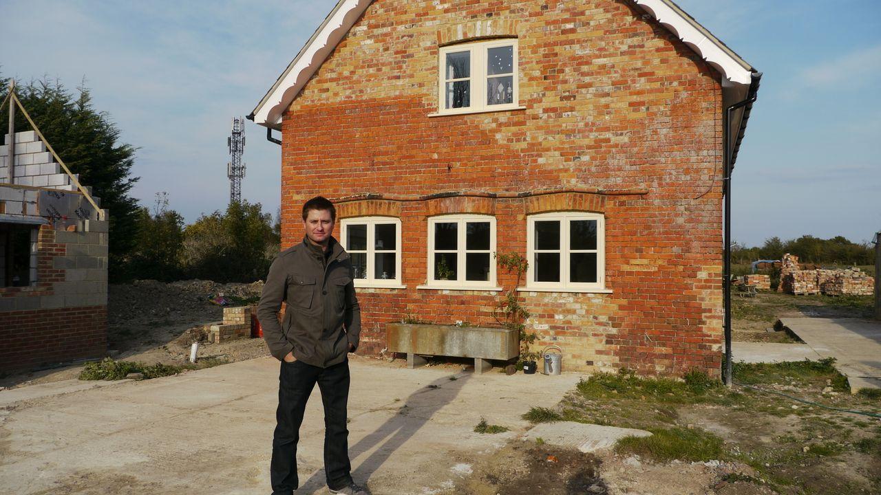 Architekt George Clarke (Foto) hilft Familie Verdon aus einem verfallenen viktorianischen Backsteinhaus in Oxford ein komfortables Wohnhaus zu machen. - Bildquelle: Tiger Aspect Productions Ltd MMXIV