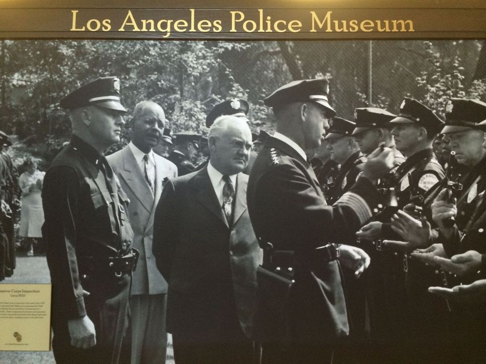 "Don Wildman findet im ""Los Angeles Police Museum"" ein Buch, in dem die Geschichte über eine geheimnisvolle Affäre zu lesen ist ... - Bildquelle: 2014, The Travel Channel, L.L.C. All Rights Reserved."