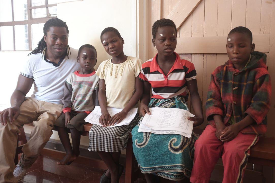 Malawi ist ein extrem armes afrikanisches Land, in dem es nicht nur an Nahrung, sondern auch an ärztlicher Versorgung fehlt. Ade Adepitan (l.) reist... - Bildquelle: Quicksilver Media