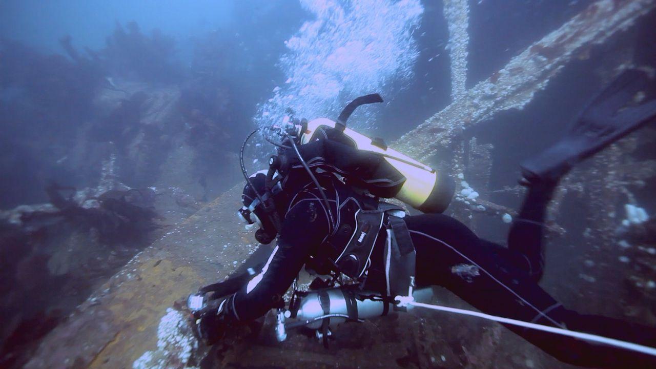 Auch unter Wasser liegen viele alte explosive Munitionen ... - Bildquelle: 2012 PIXCOM PRODUCTIONS INC.