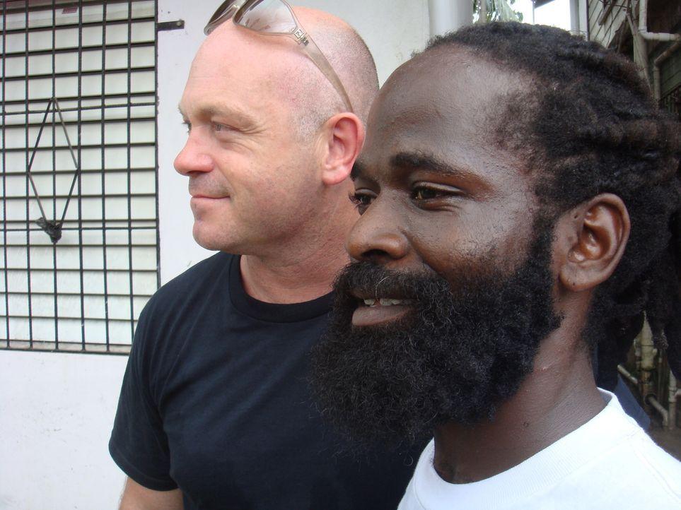 In dem kleinen Land Belize trifft sich Ross Kemp (l.) mit Gangstern und bekommt Einblicke in die Welt der Drogen-Gangs ... - Bildquelle: IMG Entertainment 2008