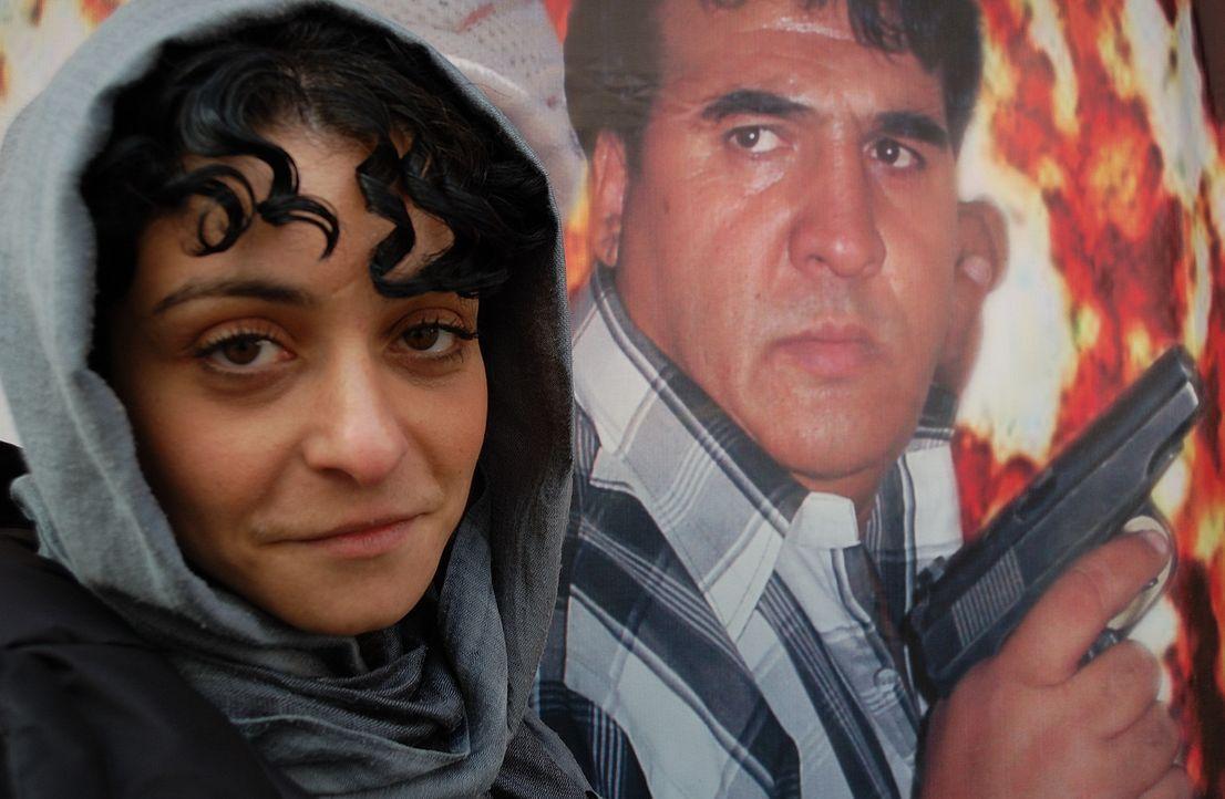 Reporterin Kleeman (l.) in Kabul: Nach Abzug der ausländischen Truppen sind die afghanischen Sicherheitskräfte auf sich gestellt und die Taliban wie... - Bildquelle: Quicksilver Media 2012
