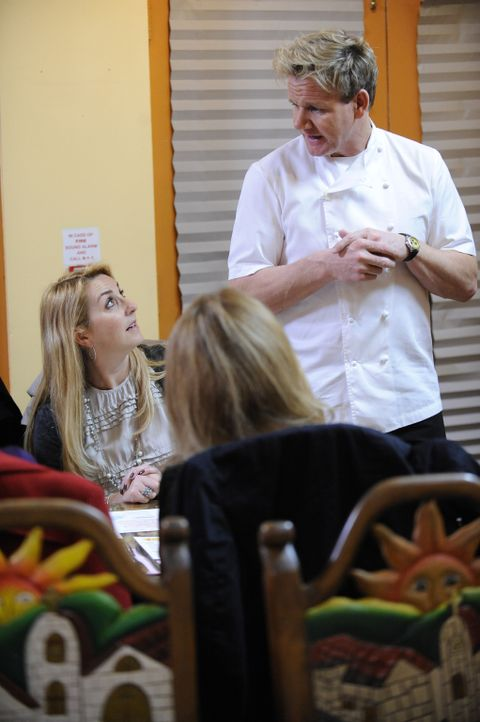 Hilft Restaurants, denen das Wasser bis zum Halse steht: Sternekoch Gordon Ramsay (r.) ... - Bildquelle: 2011 ITV Studios, Inc. all rights reserved.