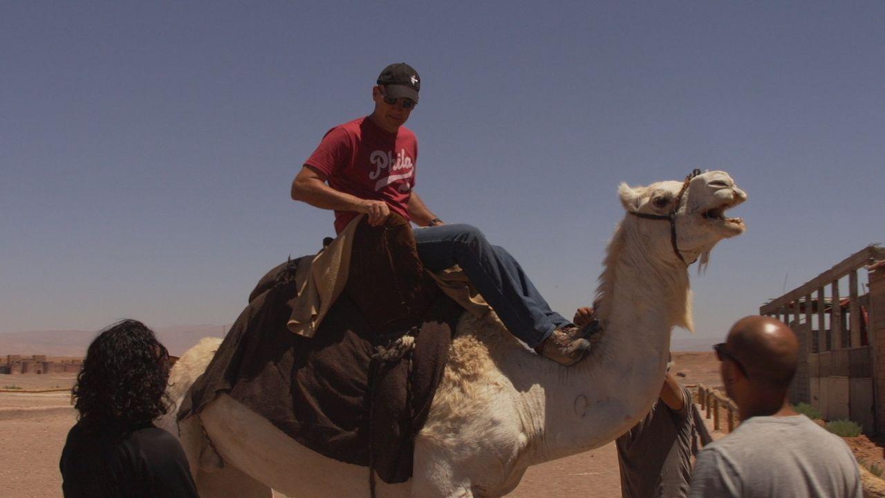 Der Unternehmer und Abenteurer Todd Carmichael (M.) macht einen kurzen Abstecher nach Marokko ... - Bildquelle: 2015, The Travel Channel, L.L.C. All Rights Reserved.