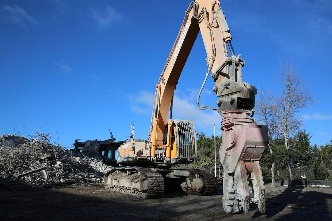 Mit schwerem Gerüst und Maschinen zerschlagen die Abrissprofis nicht nur Gebäude, sondern recyclen auch die Rohstoffe und das Altmetall in den Trümm... - Bildquelle: Back2Back Productions Limited