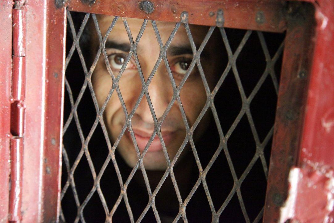 Faisal Al Hady wartet in Einzelhaft auf seine Todesstrafe. Seine letzte Hoffnung ist Anwalt Hafedh Ibrihim ... - Bildquelle: Quicksilver Media 2012