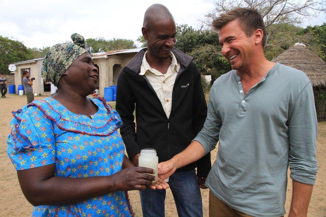 Wie schmeckt südafrikanischer Palmen-Wein? Jack Maxwell (r.) macht den Test mit Braumeisterin Poomsie (l.) ... - Bildquelle: 2014, The Travel Channel, L.L.C. All Rights Reserved.