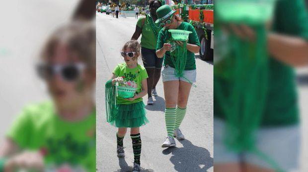 Am St. Patrick's Day tragen viele Menschen traditionellerweise grüne Kleidung.