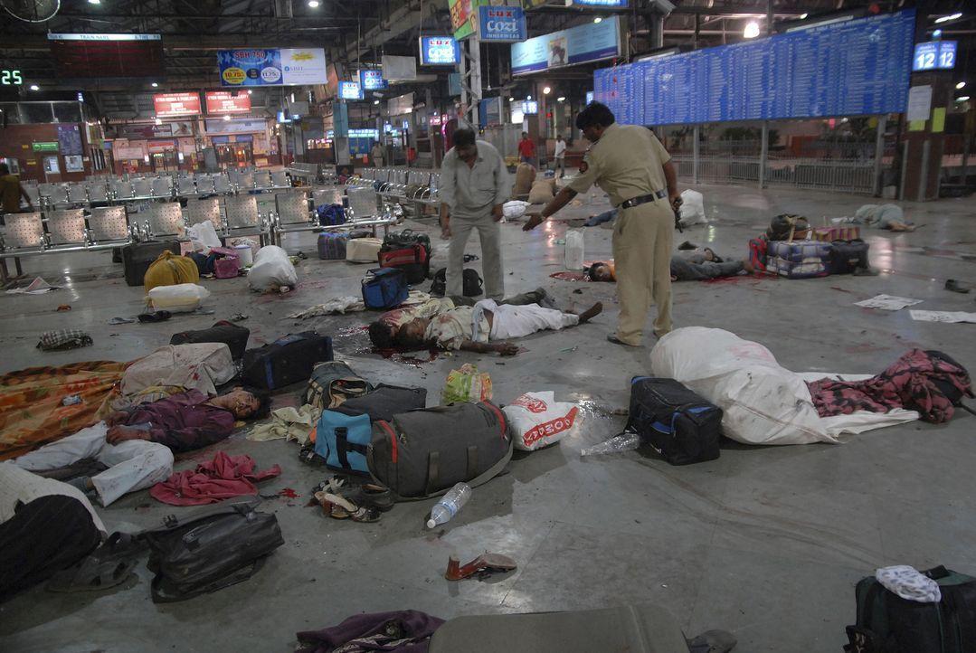 Am 26.11.2008 wird Mumbai Opfer eines terroristischen Anschlags ... - Bildquelle: MMXII World Media Rights Limited