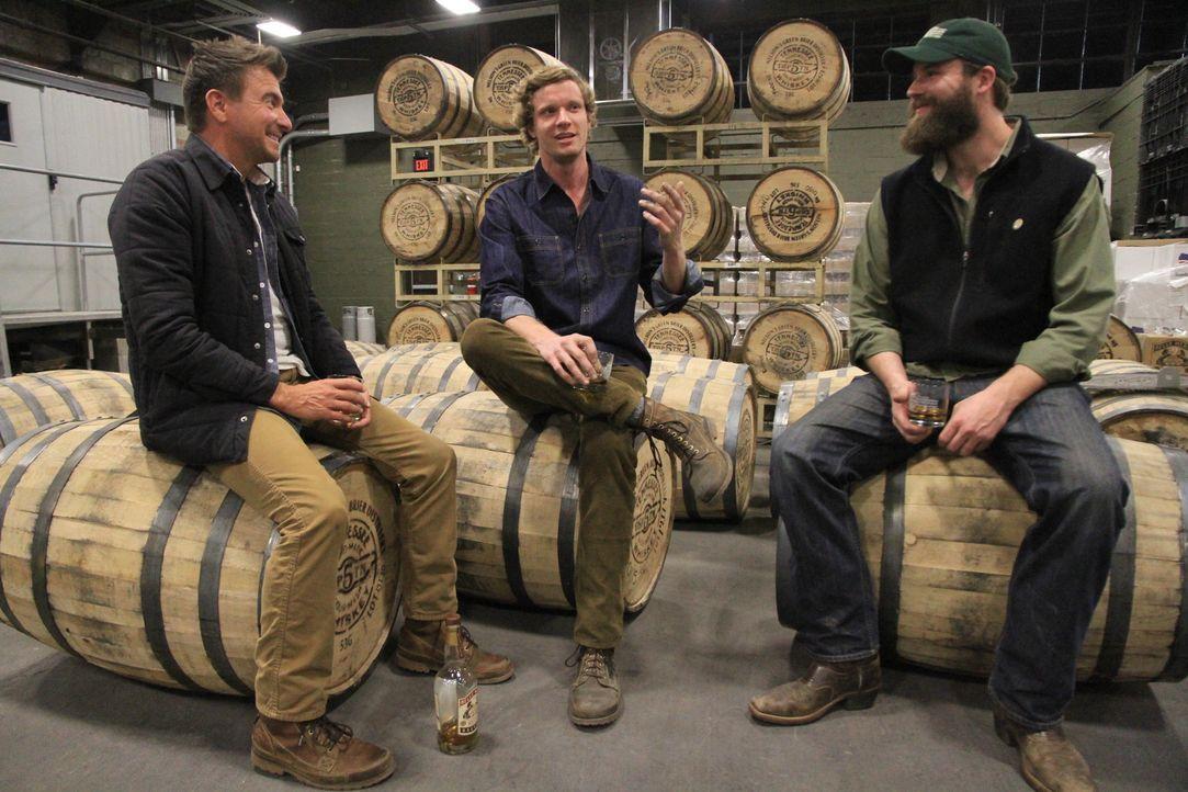 """Country Music, Whisky und Bier: Andy (M.) und Charlie Nelson (r.) aus Tennessee erzählen Jack Maxwell (l.) die Geschichte der bekannten """"Nelsons Gre... - Bildquelle: 2014, The Travel Channel, L.L.C. All Rights Reserved."""