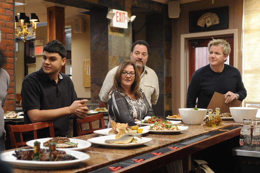 Viel Arbeit wartet auf Gordon Ramsay (r.) und das Team des Café Tavolini ... - Bildquelle: Jeffrey Neira Fox Broadcasting.  All rights reserved.