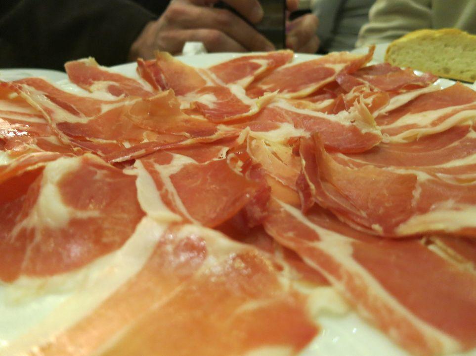 Während der Semana Santa - der heiligen Woche vor Ostern - reist Anthony Bourdain nach Andalusien in Spanien und verschafft sich über das Essen und... - Bildquelle: 2013 Cable News Network, Inc. A TimeWarner Company. All rights reserved.