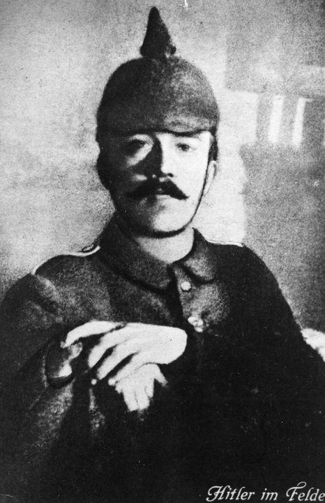 1915: Adolf Hitler als junger Soldat - Bildquelle: Hulton Archive Hulton Archive/getty Images
