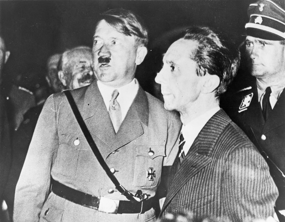 """Joseph Goebbels (r.) war Hitlers (l.) Wegbereiter. Er war ein meisterhafter Manipulator, der mit dem von ihm erfundenen """"Führerkult"""" Hitler der brei... - Bildquelle: Library of Congress"""
