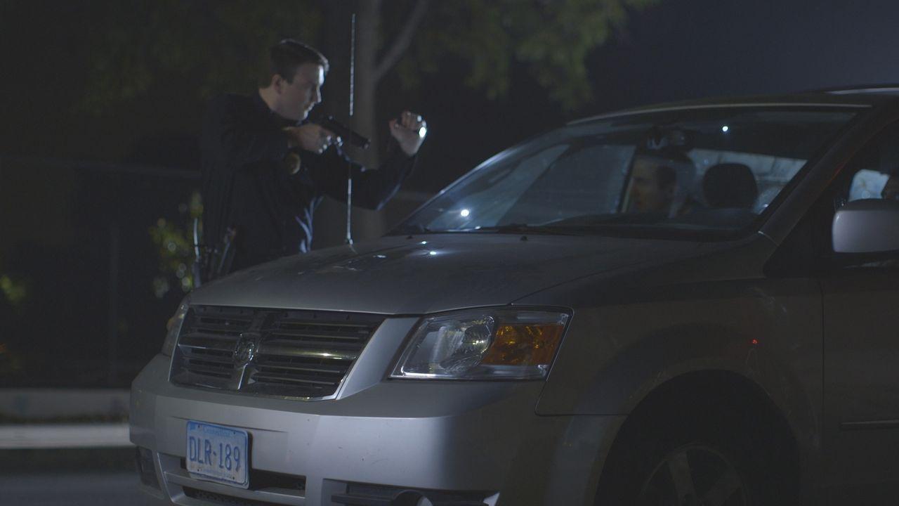 Die Cops spüren zwei Verdächtige blutverschmiert und zugedröhnt in einem gestohlenen Auto auf. Alles weist darauf hin, dass sie in den Mord an Eugen... - Bildquelle: LMNO Cable Group
