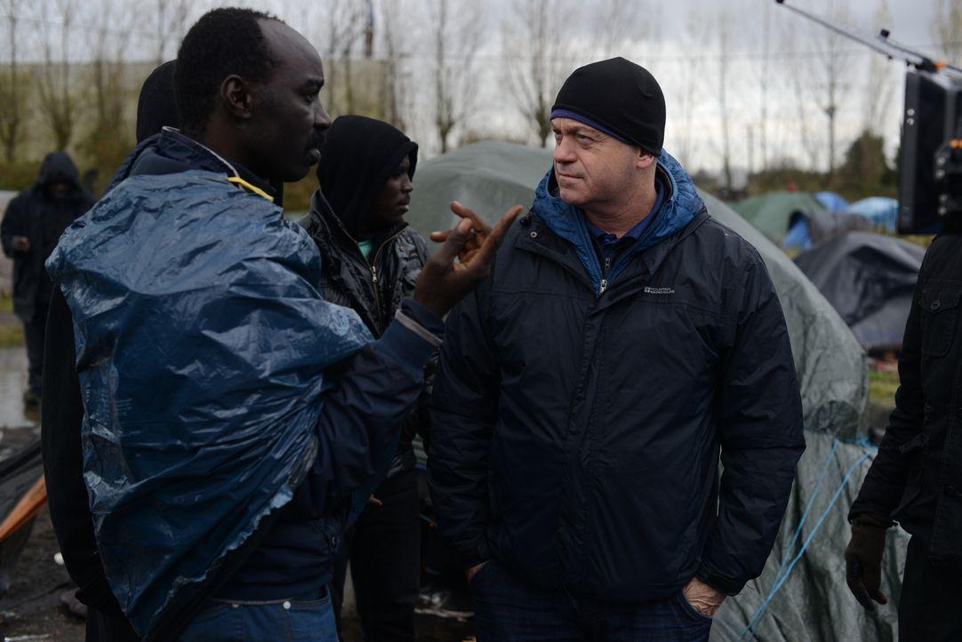 Die Verzweiflung vieler Migranten, welche in Calais auf ihrem Weg nach Großbritannien gestrandet sind, ist riesig. Ross Kemp (r.) erfährt in seinen... - Bildquelle: Freshwater Films Ltd 2015