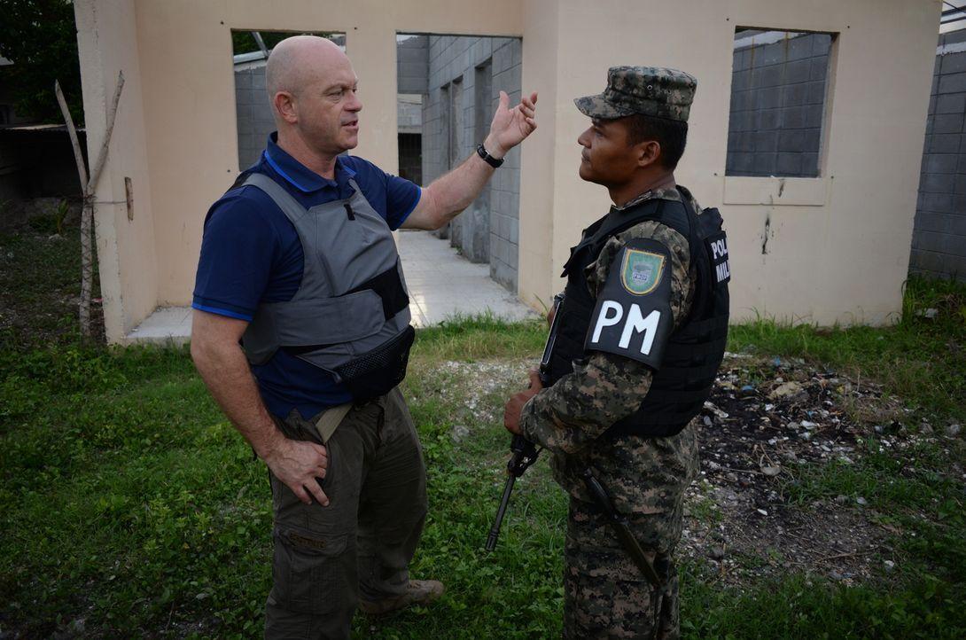 Ross Kemp (l.) begibt sich auf die laut Amnesty International gefährlichste Reise der Welt - von San Pedro Sula in Honduras in die USA ... - Bildquelle: Freshwater Films Ltd 2015