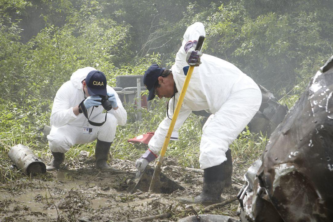 Ermittler untersuchen am Absturzort in Peru die Absturzursache und bergen den beschädigten Flugdatenschreiber. Können sie den Absturz trotzdem volls... - Bildquelle: Ian Watson Cineflix 2012