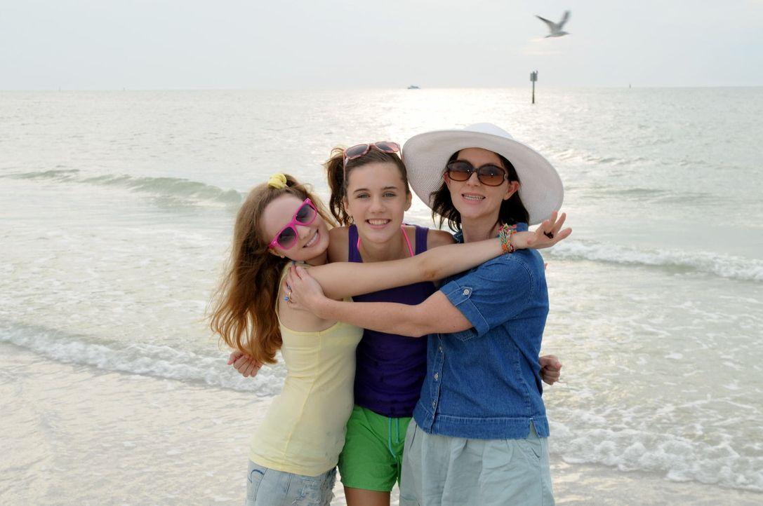 Urlaub ohne Rückkehr: Als Joan Rogers (r.) und ihre beiden Töchter Christie (M.) und Michelle (l.) zu ihrem Trip nach Florida aufbrechen, ahnen sie... - Bildquelle: Robert Crum Cineflix 2013
