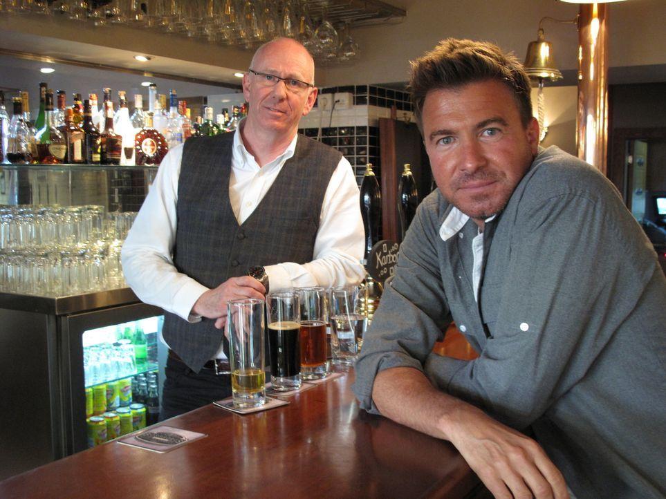 """Prost! Jack Maxwell (r.) gönnt sich einen Drink mit Phil (l.), dem Besitzer der """"Bosporus Brewing Co."""" , der Heimat des einzigartigen lokalen Bieres. - Bildquelle: 2014, The Travel Channel, L.L.C. All Rights Reserved."""