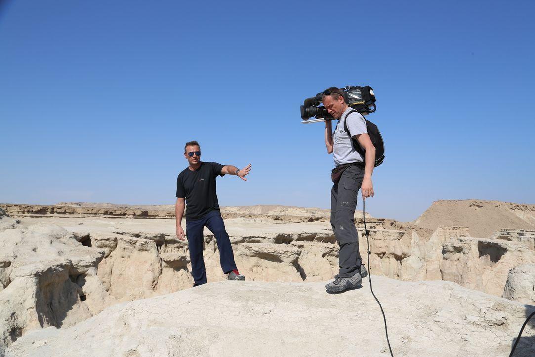 Tom Waes (l.) hatte nicht erwartet, dass seine Reise in den Iran so aufregend werden würde. Denn durch Zufall erlebte er dort die Feierlichkeiten zu... - Bildquelle: 2013 deMENSEN