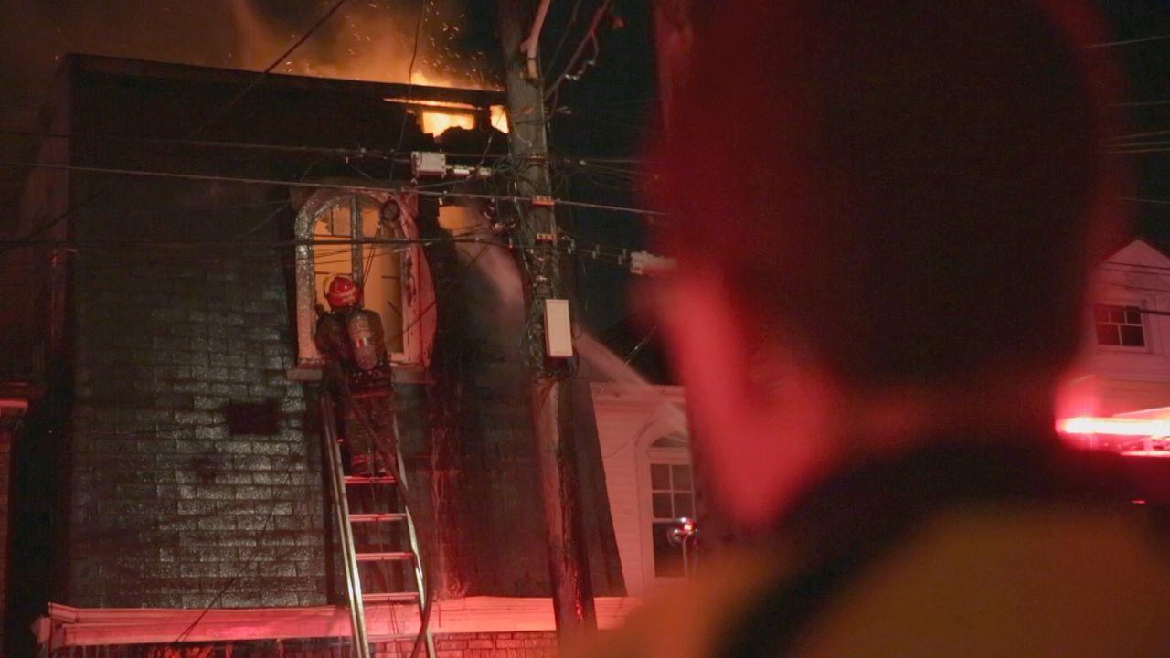 Halloween-Streich, Kabelbrand oder Unfall? Die Feuerwehrleute von New Orleans haben in der Halloween-Nacht einige Brände zu löschen und riskieren zu... - Bildquelle: 2015 Wolf Reality, LLC and 44 Blue Productions, Inc.  All Rights Reserved.