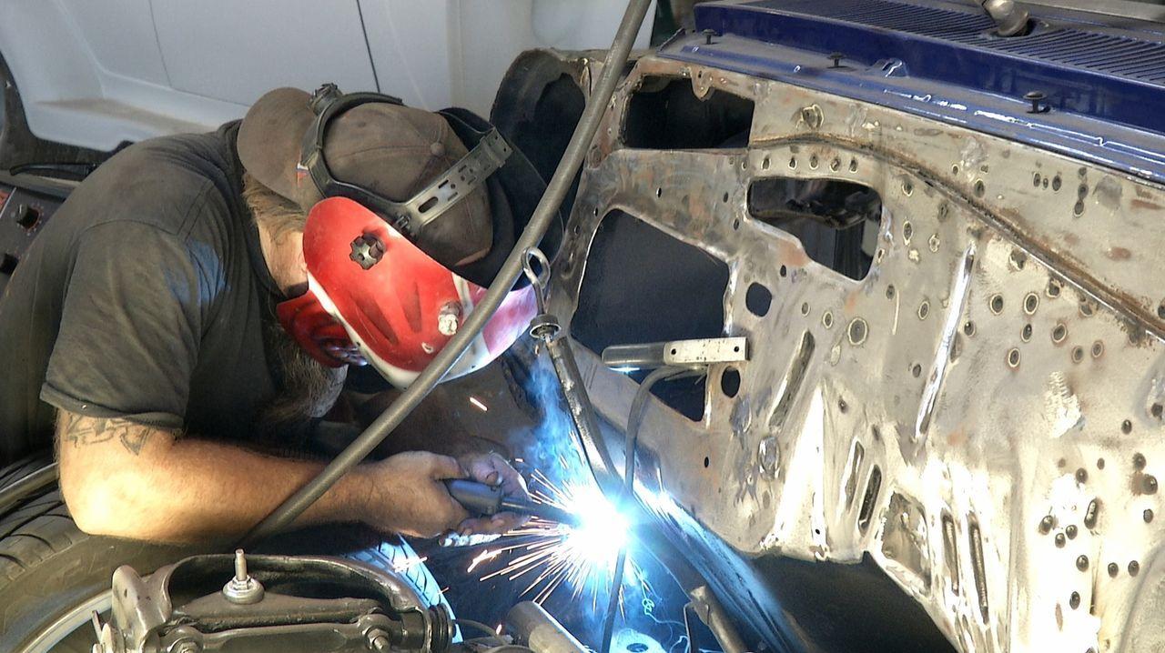 Gut geschweißt ist halb gewonnen: Die Werkstattprofis von Fantomworks beweisen beim Restaurieren der Auto-Schätze Fingerspitzengefühl ... - Bildquelle: New Dominion Pictures LLC.