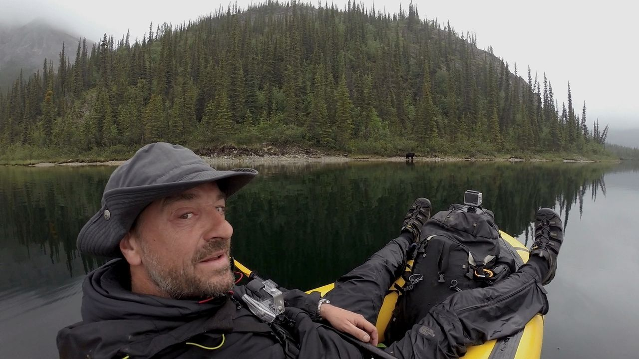 Alaska hautnah: Tom Waes bricht ohne Kamerateam in die Wildnis auf und filmt sich selbst. - Bildquelle: 2015 deMENSEN