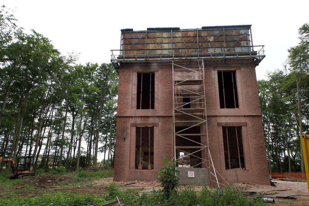 Ein verlassener Wasserturm in Pannal: Keine Liebe auf den ersten Blick, aber Carol und Majid wollen aus dem Meisterwerk der Ingenieurskunst einen ne... - Bildquelle: Tiger Aspect Productions Ltd MMMXIV