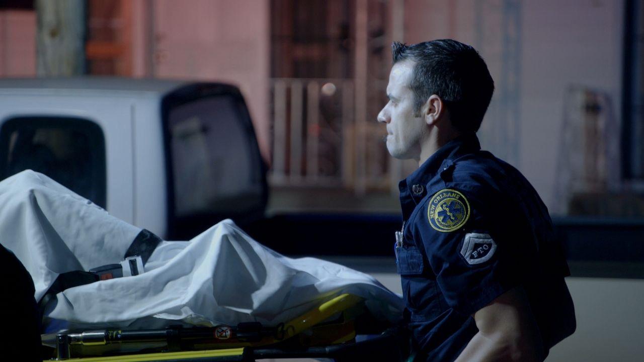Schicksalsschlag für die Retter in der Nacht: Ein Offizier wird schwer verletzt und der Vorfall trifft die gesamte Crew der Sanitäter und Polizei-Ko... - Bildquelle: 2016 Wolf Reality, LLC and 44 Blue Productions.  All Rights Reserved.
