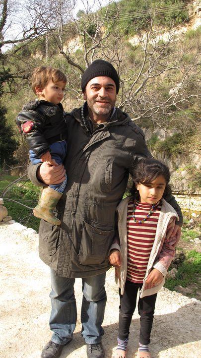 Während Bombenanschläge und Terror den Alltag in Syrien bestimmen, kämpft der syrische Arzt Rami Habib in der Frontstadt Salma gegen alle Widrigkeit... - Bildquelle: Quicksilver Media 2012