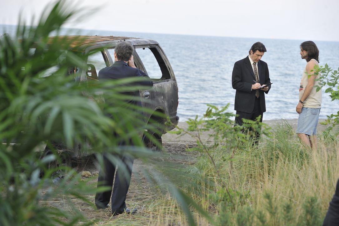 Können Augenzeugen Detective Weir (Colin Paradine, M.) und seinen Kollegen helfen, den Mord an einer 30-jährigen Mutter aufzuklären? - Bildquelle: Jag Gundu Cineflix 2012